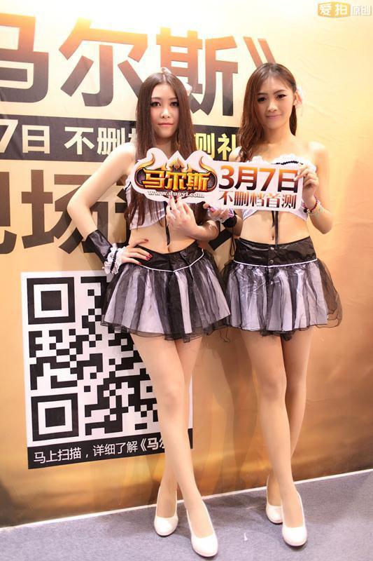 清纯可爱的美女showgirl现场帮助玩家预订礼包